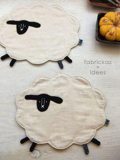 I would make my sheep black because I am the black sheep of the family! Mug Rug Patterns, Quilt Patterns, Sewing Patterns, Quilting Projects, Sewing Projects, Fabric Crafts, Sewing Crafts, Sheep Crafts, Cute Sheep
