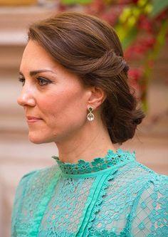 Duquesa de Cambridge .Detalle: Como joyas, unos imponentes pendientes de Kiki McDonough que dejaba ver gracias a su elegante recogido.