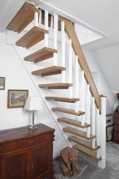 Gerade freitragende Treppe als Raumspartreppe gebaut; Stufen und Handlauf Holzart Eiche, Stäbe und Pfosten Whitewood weiß endlackiert.