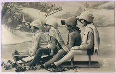 Rijden op een slee * vier kinderen rodelen met wollen hoeden in de winter * broers en zussen, vriendschap * Happy New Year van 1900 Franse foto