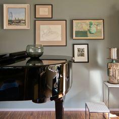 Tiergarten Bauhaus Wohnung Eklektisches design , Bilderwand Öl, Aquarell und Zeichnungen, Tischlampe  harryclark colour4design