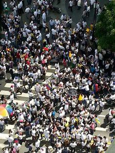 Migliaia di manifestanti sono scesi in piazza a Caracas per dare il loro  appoggio al leader dell'opposizione Leopoldo Lopez. Nelle immagini  inviate da un nostro lettore la folla vestita di bianco come Lopez, in  segno di pace, in avenida Francisco de Miranda   video