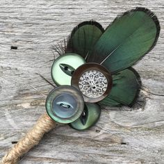 Customisable Rustic Boho Green Button Feather Boutonniere / Corsage - any colour/theme - Matching Button Bouquet Feather Boutonniere, Rustic Boutonniere, Boutonnieres, Boho Wedding Decorations, Rustic Wedding Flowers, Corsage Wedding, Bridesmaid Bouquet, Country Wedding Groom, Custom Lapel Pins