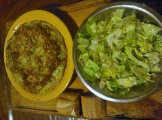 Tortilla y ensalada de lechuga