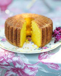 Leilas tips! Knepet att lyckas med sockerkakor är att vispa ägg och strösocker riktigt, riktigt luftigt. Man får aldrig vispa ner mjölet, då kan kakan lät. Saffron Cake, Yummy Treats, Sweet Treats, Saffron Recipes, Cake Recipes, Dessert Recipes, Bakery Cakes, Food Cakes, Swedish Recipes