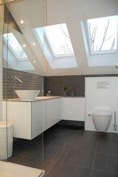 spot encastrable salle de bain sous pente en blanc et gris