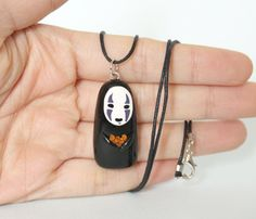 No Face Polymer Clay Necklace from Spirited Away por ArtzieRush