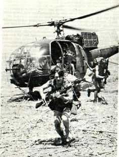 Immediately on landing the stick forms a defensive box around the chopper until it departs. Military Life, Military History, Military Special Forces, Lest We Forget, Aviation Art, Ol Days, Cold War, Armed Forces, Air Force
