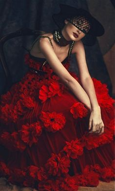 ♥ Romance of the Maiden ♥ couture gowns worthy of a fairytale - Alexander McQueen Foto Fashion, Red Fashion, Couture Fashion, Alexander Mcqueen, Mcqueen 3, Foto Glamour, Mode Inspiration, Shades Of Red, British Style