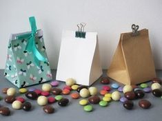 DIY / Tuto ★ Petits sacs à friandises en papier (pour Pâques, baptêmes, mariages...) / Free tutorial : little candy paperbags pattern (for Easter, baptism, weddings...) Fun Projects, Diy For Kids, Diy And Crafts, Birthdays, Packaging, Gift Wrapping, Paper, Gifts, Tutorial