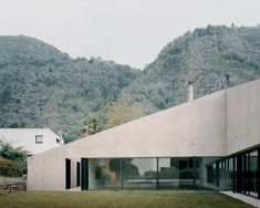 While the front of the house appears to be inaccessible, the hidden rear side that faces the garden is largely glazed and opens out to the outside.