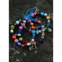 3 armbandjes gemaakt op elastiek en met veel verschillende kralen en bedeltjes en aan elkaar gezet met een gekleurd lint