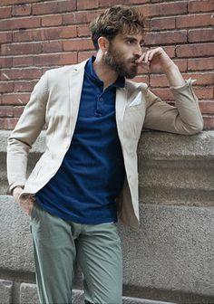 """【春】ベージュジャケット×ブルーポロシャツ×カーキパンツ  「襟付き」でキッチリとした印象をキープしつつ清涼感もある、そんなブルーポロシャツをインナーに加えたベージュジャケットの着こなし。  Tシャツにしようか迷う…。そんな時期に最適ですし、キレイめ好きならポロシャツの方がしっくりくるかもしれません。  ボトムはカーキパンツを合わせ""""タウンユースな雰囲気""""を加速。既に3色使っているので靴は白・グレー・黒などモノトーン色でまとめるのがベターです。"""