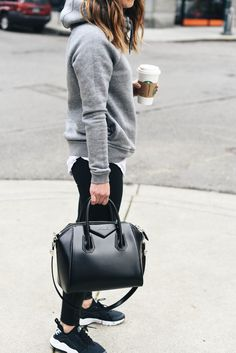 Grey hoodie, white t-shirt, black leggings, black sneakers, black aviator sungla. Athleisure Outfits, Sporty Outfits, Nike Outfits, Fall Outfits, Travel Outfits, School Outfits, Workout Outfits, Airport Outfits, Legging Outfits