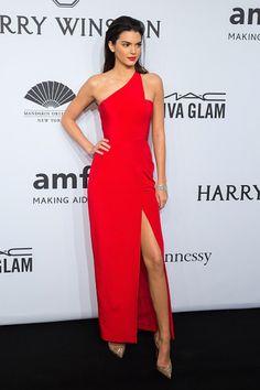 Kendall Jenner usa vestido de festa vermelho