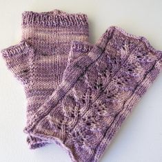 Ravelry  Twin Leaf Fingerless Gloves pattern by Sashka Macievich Bottes  Chaussettes, Mitaines, Mitaines 272a19b56e2