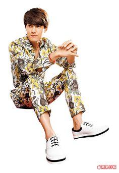 吳克群很喜歡這雙白色繫帶鞋。sergio rossi鞋2萬6800元