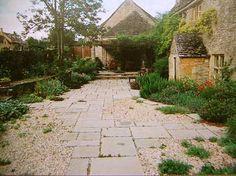 asymetrical pavers amidst pea gravel and planted creeping edges Pea Gravel Garden, Pebble Garden, Gravel Patio, Garden Paving, Gravel Landscaping, Landscaping With Rocks, Fresco, Front Garden Landscape, Paving Ideas