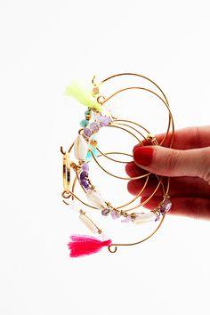 Un DIY: Se fabriquer des bracelets d'été pour habiller ses poignets en cette saison estivale et surtout laisser parler sa créativité ! A vos pinces !