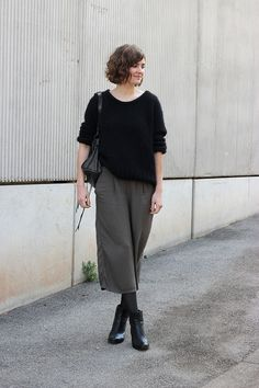 07 grey culottes, a black cashmere sweater, grey tights, black booties and a black bag - Styleoholic Black Cashmere Sweater, Cashmere Pullover, Cashmere Sweaters, Culottes Outfit, Minimalist Shoes, Minimalist Fashion, Minimalist Outfits, Culotte Style, Outfits