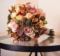 ramo de noiva em rosas , suculentas, cardo azul  que lhe confere um toque campestre.