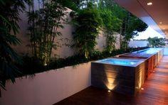 grande piscine hors sol, plafond avec éclairage LED intégré et sol en lames de bois massif