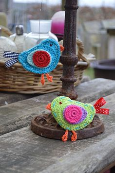 Bird -free pattern by Aan de HAAK geslagen. in Dutch with charts and photos Crochet Birds, Love Crochet, Crochet Flowers, Knit Crochet, Crochet Animals, Crochet Home, Crochet Crafts, Yarn Crafts, Crochet Projects