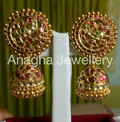 Traditional Indian Jewellery, Traditional Earrings, Indian Jewellery Design, Jewelry Design, Gold Jhumka Earrings, Gold Earrings Designs, Indian Earrings, India Jewelry, Temple Jewellery
