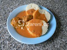 Plněné papriky s rajskou omáčkou podávané s knedlíkem jsou vcelku nenáročné svou přípravou a přitom vydatným a chutným obědem.