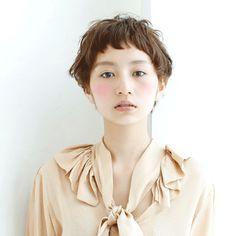 髪型/ヘアスタイル/Hairstyle/短い前髪がポイントのショートスタイル。柔らかい質感で女の子っぽく。