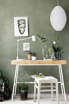Rustikaler, schlichter Schreibtisch mit Holzplatte und weißem Metallgestell, Modernes Arbeitszimmer mit grüner Wandfarbe, Grünes Arbeitszimmer, Ideen Arbeitsbereich, Gestaltung Büro zu Hause mit Farbe