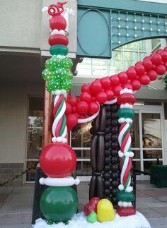 Decoración de Navidad en la calle hecha con globos.