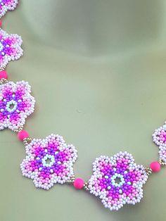 Collar flor rosa semilla