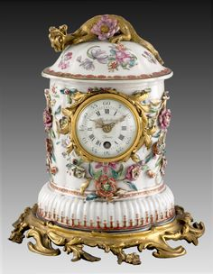 Chinese porcelain clock mounted in gilt bronze in France, 18th century. The porcelain Qianlong (1736-1795).