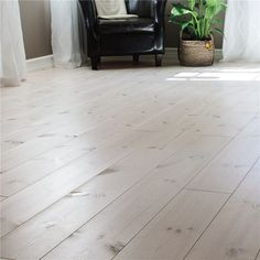 Billigt Trägolv i ek, furu m. White Wood Floors, Timber Flooring, Hardwood Floors, Floor Ceiling, Living Room Flooring, Tile Patterns, Home Decor, Floor Refinishing, Panel