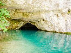 Eine Grotte bei den Plitvicer Seen in Kroatien