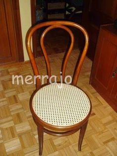 """.Hola migos aquí os presento como restaurar una silla de rejilla, cuando uno es un """"manitas"""" y no un profesional, sobre todo cuando tene... Recycled Furniture, Wishbone Chair, Rattan, Decoupage, Stool, Recycling, Vintage, Home Decor, Flower"""