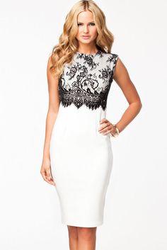 Белое платье с черным кружевом на лифе и вырезом под горло