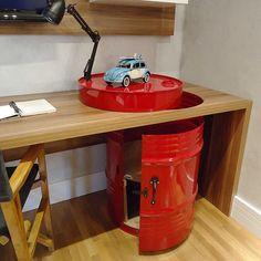 Com pintura automotiva o tambor foi transformado num miniarmário sob a bancada.