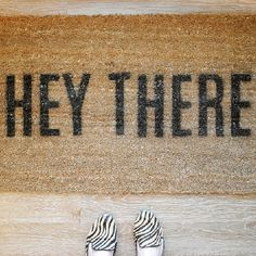 "DIY ""HEY THERE"" Door Mat with a free pdf template download via Griffanie"