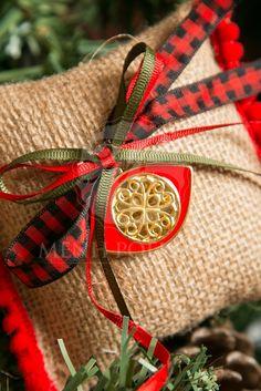 Μένη Ρογκότη - Χριστουγεννιάτικη μπομπονιέρα μαξιλαράκι λινάτσας με μεταλλικό μάτι και κορδελές Burlap, Reusable Tote Bags, Gift Wrapping, Gifts, Paper Wrapping, Presents, Hessian Fabric, Wrapping Gifts, Gifs