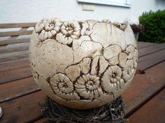 Handgetöpferter Keramikpflanztopf für Haus und Garten. Der Topf ist mit vielen Schneckenelementen versehen, er ist frostfest gebrannt bei 1200 Grad. Er hat einen Durchmesser von 18cm.