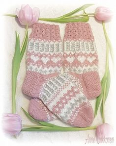 This Pin was discovered by San Knitting For Kids, Baby Knitting Patterns, Knitting Stitches, Knitting Socks, Hand Knitting, Crochet Mittens, Knitted Slippers, Knit Crochet, Diy Crafts