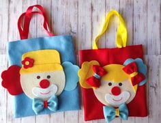 Sacolinha surpresa em feltro palhaço. Preço se referi a sacolinha. Clown Party, Circus Theme Party, Carnival Birthday, 3rd Birthday, Party Themes, Felt Crafts, Diy And Crafts, Crafts For Kids, Arts And Crafts