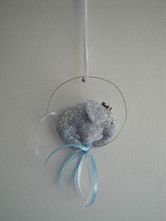 Mobile éléphant fil de fer et coton fleurs bleues et blanches pour décoration chambre enfant : Décorations murales par les-p-tits-bidules
