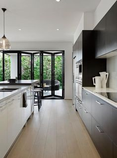 Boutique aluminium bifold doors are a great choice to create a unique feature in any style of home, making a bold statement both visually and functionally. Bi Folding Doors Kitchen, Kitchen Doors, Kitchen Windows, Open Plan Kitchen Living Room, New Kitchen, Kitchen Ideas, Brisbane, Melbourne, Kitchen Interior