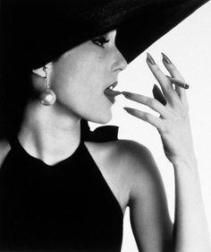 Jeune Fille avec du tabac sur la langue, photo by Irving Penn for Vogue, Apr.1950