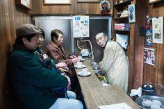 Zweimal pro Woche öffnet das Café dieser 90 Jahre alten Besitzerin, immer zwischen sieben und neun Uhr am Morgen. Dabei verkauft sie nur eine Sorte Kaffee in einer Größe, wahlweise mit Milch oder Zucker. Nicht jeder, der im Alter arbeitet, ist darauf angewiesen. Manche tun es auch, um eine sinnvolle Aufgabe zu haben.