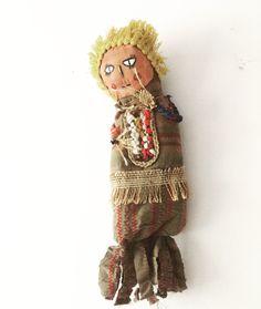 Muñecos de trapo , intervenciones en telar y pintura acrílica.