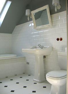 BAZAR BRASIL: Azulejos de Metrô Black White Bathrooms, White Bathroom Tiles, Bathroom Tile Designs, Bathroom Floor Tiles, Bathroom Interior Design, Small Bathroom, Bathroom Ideas, Vintage Bathroom Floor, Vintage Bathrooms